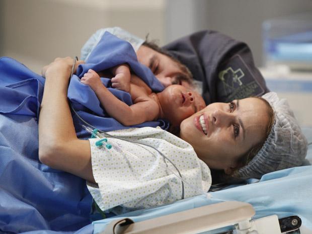 Celina realiza seu grande sonho de ser mãe e tem o apoio de Lourenço, o verdadeiro amor de sua vida (Foto: A Vida da Gente / TV Globo)