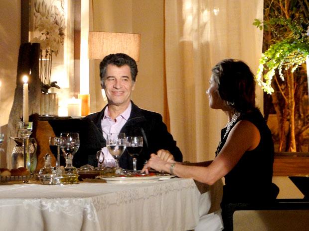 Jonas (Paulo Betti) não perde tempo. Depois de dispensar Cris (Regiane Alves), ele tratou de investir em Ângela (Sylvia Massari), sua mais que eficiente secretária, que agora virou a mais nova Senhora Macedo.   (Foto: A Vida da Gente / TV Globo)