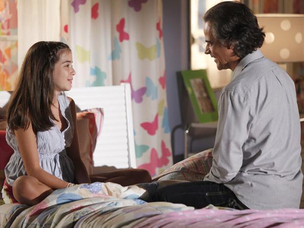 Marcos revela que se sente um pouco como pai de Olívia (Foto: A Vida da Gente / TV Globo)