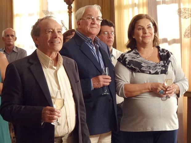 Moema e Wilson brindam ao amor (Foto: A Vida da Gente / TV Globo)