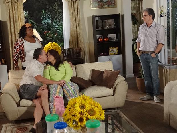 Marieta avisa que voltou as boas (Foto: Aquele Beijo/TV Globo)