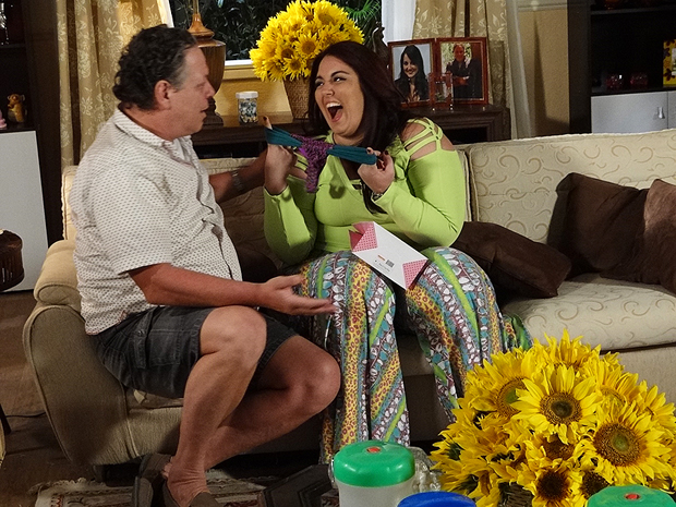 Olavo enlouquece com o biquíni de Marieta (Foto: Aquele Beijo/TV Globo)