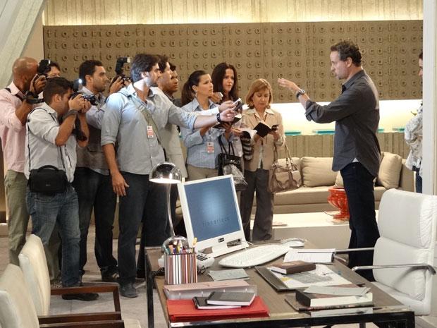 Paulo é cercado pela imprensa na Fio Carioca (Foto: Fina Estampa / TV Globo)