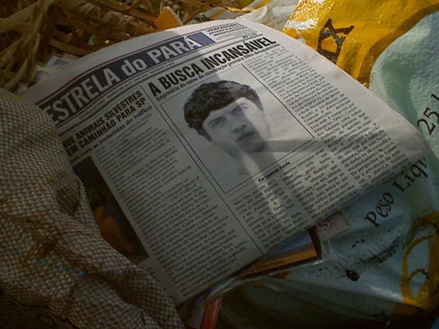 Zé carrega jornal com retrato falado (Foto: Amor Eterno Amor/TV Globo)
