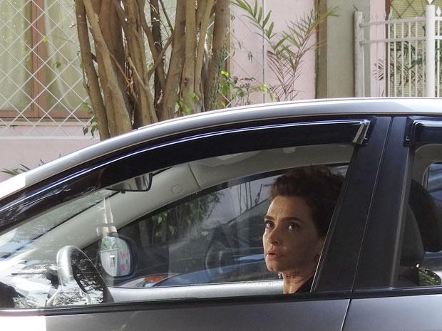 Isolada de Bárbara e Sofia, Vitória tenta disfarçar a sensação de solidão (Foto: A Vida da Gente / TV Globo)
