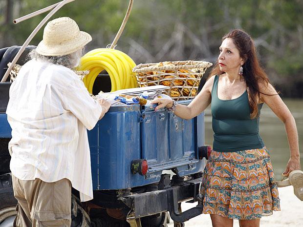 Carmem vai logo falando sobre o acontecido entre Valéria e Carlos (Foto: Amor Eterno Amor/TV Globo)