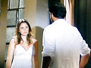 Ana procura Lúcio, que não a espera (Foto: A Vida da Gente / TV Globo)