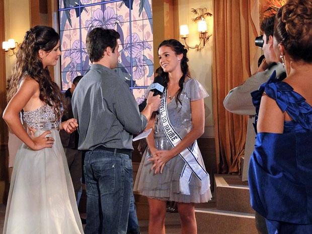Belezinha dá ótima resposta (Foto: Aquele Beijo/TV Globo)