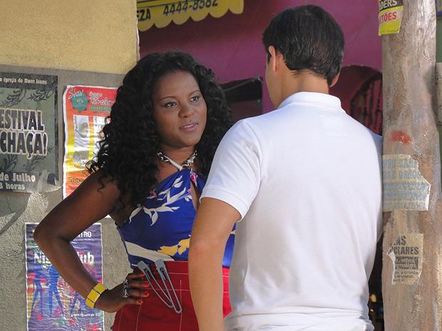 Bernadete quer que Ricardo tome uma atitude em relação a Camila (Foto: Aquele Beijo/TV Globo)