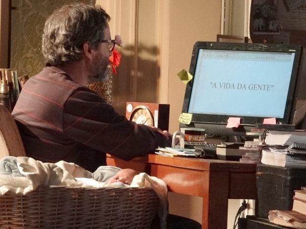 Após ganhar a guarda de Tiago, Lourenço reconquista Celina e, inspirado, resolve escrever um livro intitulado 'A Vida da Gente' (Foto: A Vida da Gente / TV Globo)