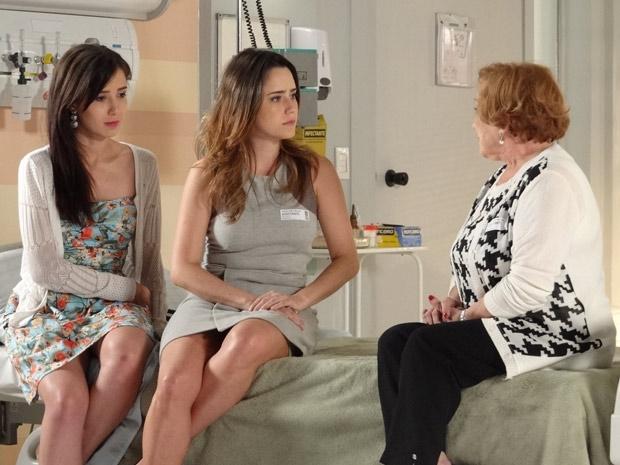 O momento durou pouco! Eva faz um comentário desnecessário, e Iná consola as netas (Foto: A Vida da Gente / TV Globo)