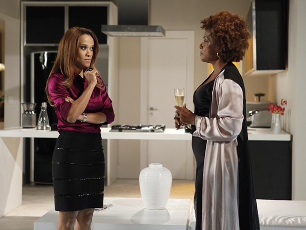 Grace Kelly e Diva tramam nova maneira de arrancar dinheiro de Deusa (Foto: Aquele Beijo/TV Globo)