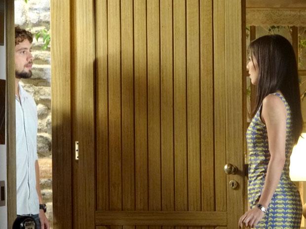 Manu abre a porta para a visita inesperada de Rodrigo (Foto: A Vida da Gente / TV Globo)