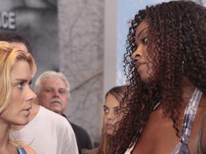 Teodora pede para a cozinheira cuidar bem de seu ex (Foto: Fina Estampa / TV Globo)