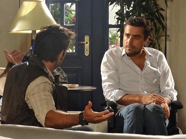 Vicente reclama do otimisto da família e leva bronca de Sebastião (Foto: Aquele Beijo/TV Globo)