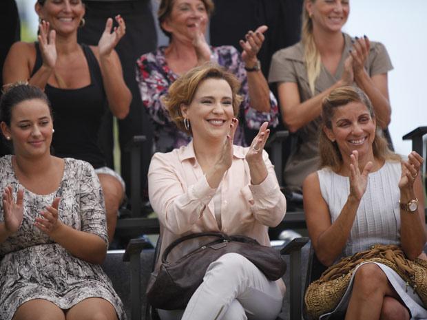 Eva termina a novela sozinha e afastada da família. Aplaudindo Sofia, atleta treinada por Ana, ela continua em função da vida da filha (Foto: A Vida da Gente/ TV Globo)