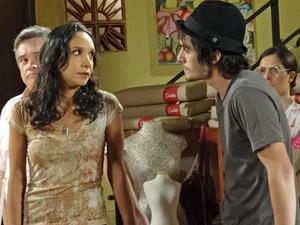 Agenor e Raíssa espantados com a atitude do pai (Foto: Aquele Beijo/TV Globo)