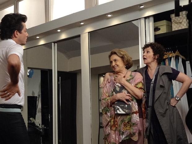 Íris e Alice são flagradas por Crô enquanto mexem no cofre de Tereza Cristina (Foto: Fina Estampa/TV Globo)