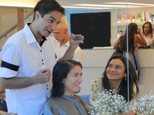 Celeste acompanha a amiga no salão de beleza (Foto: Fina Estampa/TV Globo)
