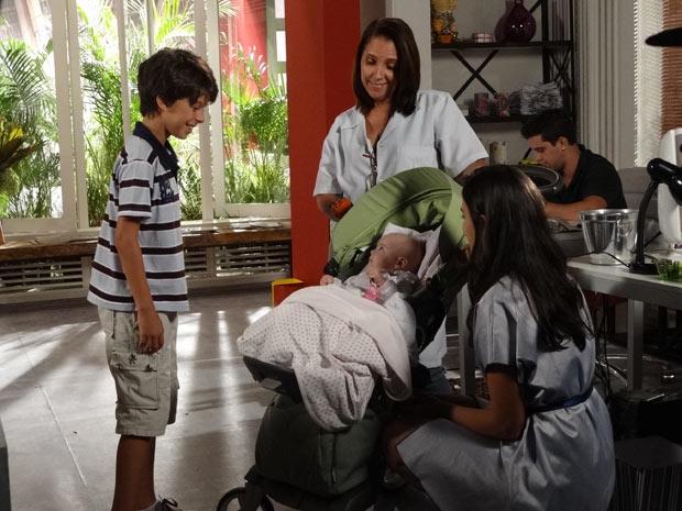 Pedro Jorge fica maravilhado ao conhecer a irmã (Foto: Fina Estampa / TV Globo)