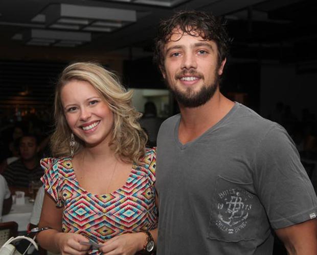 Rafael Cardoso chegou acompanhado da namorada, Mariana Bridi (Foto: A Vida da Gente/ TV Globo)