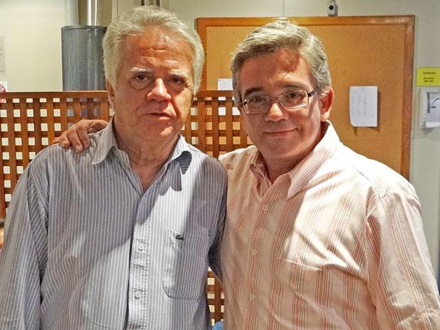 Sandro Christopher recebe o pai no estúdio de Aquele Beijo (Foto: Aquele Beijo/TV Globo)