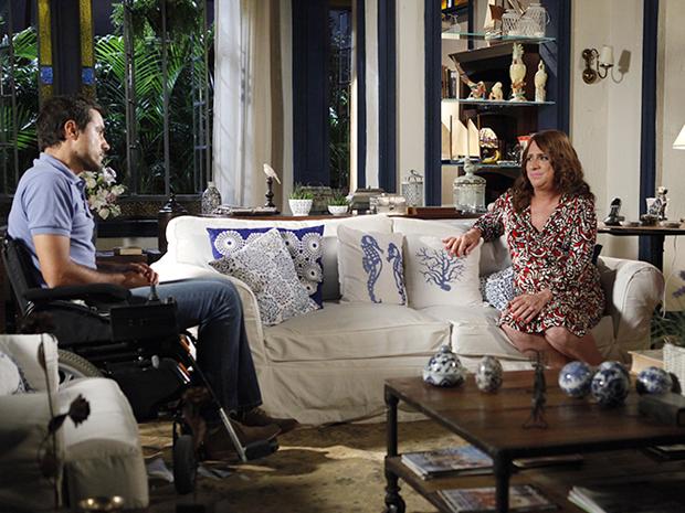 Ana Girafa pede ajuda de Vicente para provar que é filha de Maruschka  (Foto: Aquele Beijo/TV Globo)