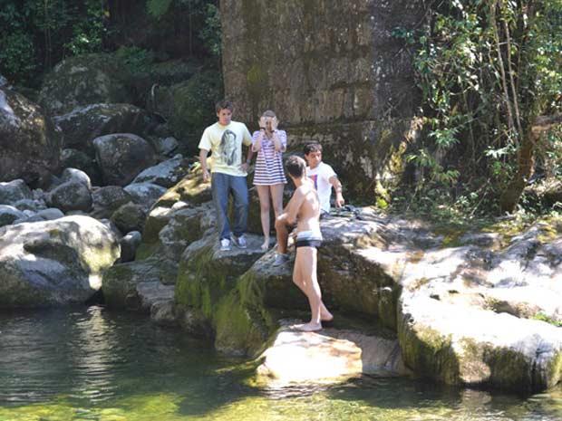Babi e Guido mostram a cachoeira para Betão e Ziggy  (Foto: Malhação / TV Globo)