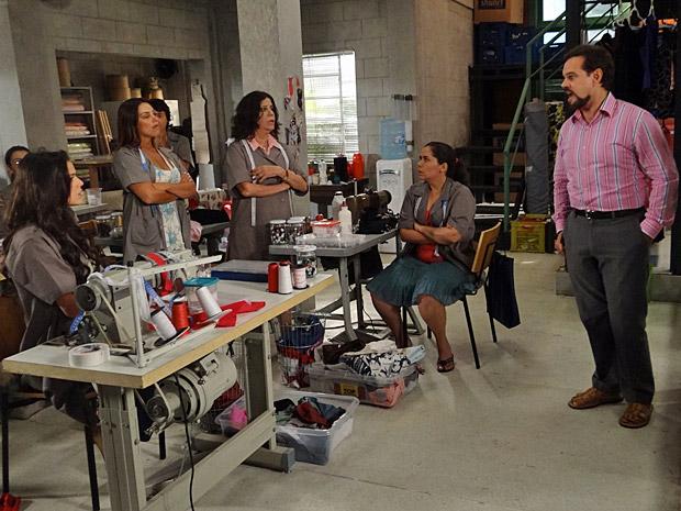 Felizardo briga com todas as costureiras na Shunel (Foto: Aquele Beijo/TV Globo)