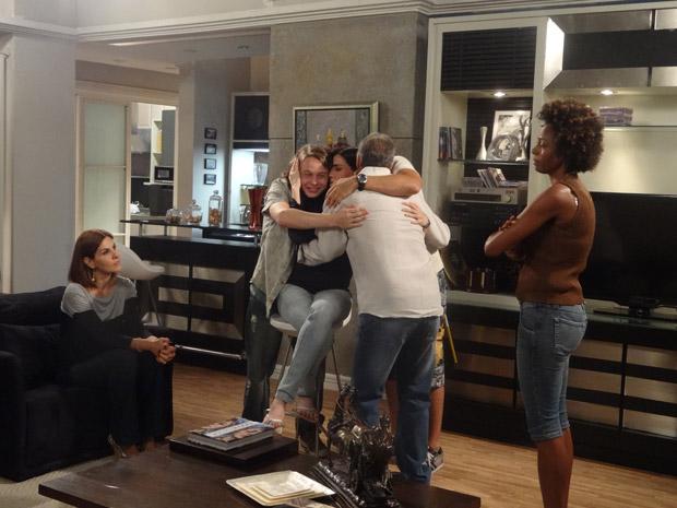 Helena conta a novidade para a família (Foto: Malhação / Tv Globo)