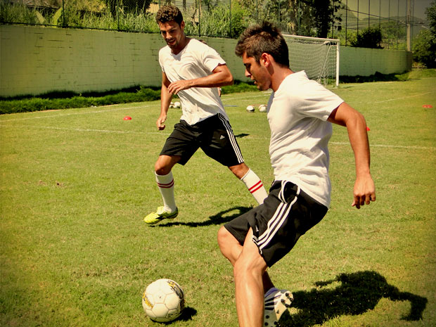 Cauã Reymond e Bruno Gissoni durante o treino (Foto: Avenida Brasil/ TV Globo)