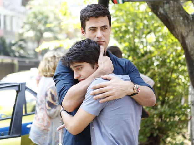 Juan e Fábio chocados com a morte de Chiara (Foto: Fina Estampa / TV Globo)
