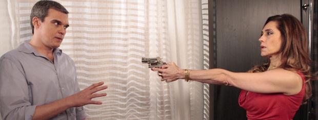 Tereza Cristina aponta arma para René e promete matá-lo (Foto: Fina Estampa/ TV Globo)