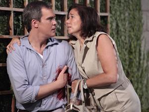 Griselda socorre o chef ao vê-lo ferido (Foto: Fina Estampa/ TV Globo)