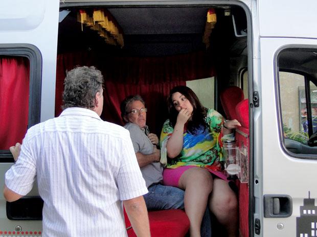 Olavo pega Marieta no maior amasso com Hélio Perunadona (Foto: Aquele Beijo/TV Globo)