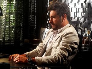 Rubinho se preocupa (Foto: Aquele Beijo/TV Globo)