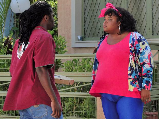 Taluda e Herondí discutem no portão (Foto: Aquele Beijo/TV Globo)