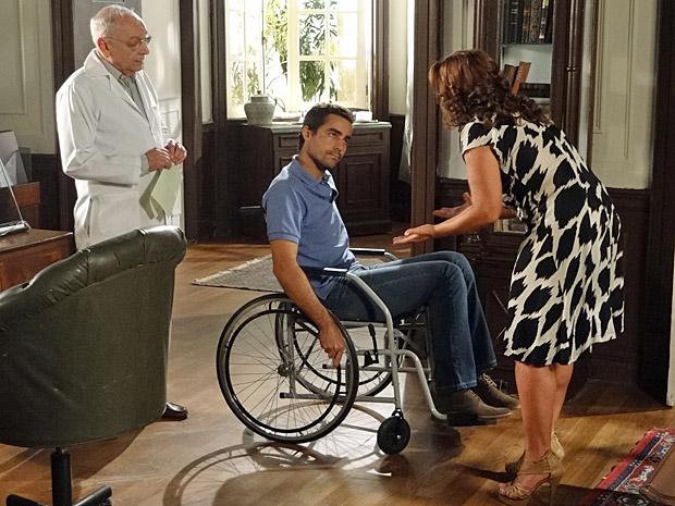 Vicente e Amália discutem no consultório médico (Foto: Aquele Beijo/TV Globo)