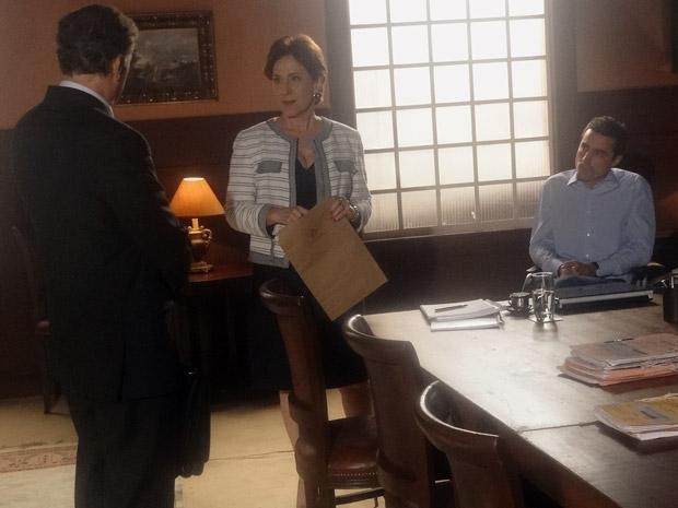 Henrique encontra Vera e Vicente conversando na procuradoria (Foto: Aquele Beijo/TV Globo)
