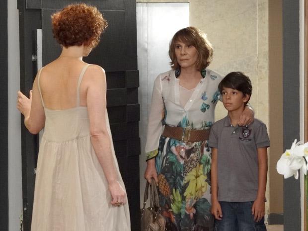 Danielle tenta convencer Esther a deixar Pedro Jorge ver Victoria (Foto: Fina Estampa/TV Globo)