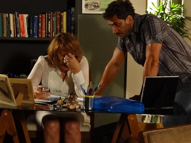 Enzo se preocupa ao ver Danielle desesperada com as suas contas (Foto: Fina Estampa/ TV Globo)