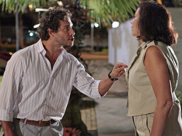 Guaracy fica chateado com Griselda após vê-la com René (Foto: Fina Estampa/TV Globo)
