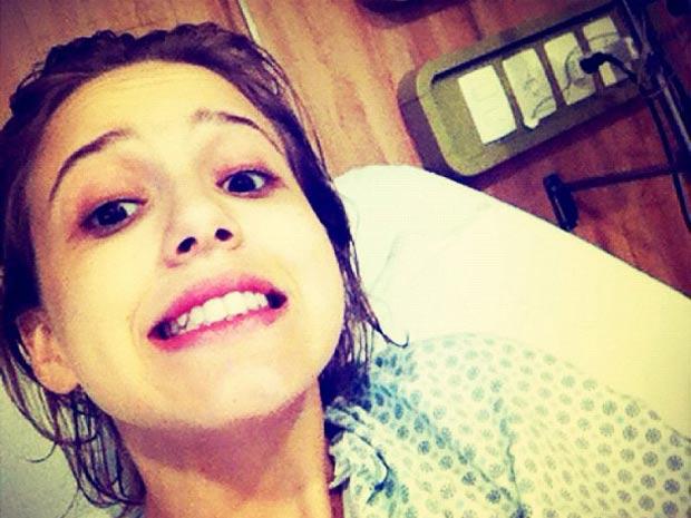Marcella Rica mandou uma foto de quando ainda estava no hospital, mas sem perder o bom humor  (Foto: Arquivo pessoal )