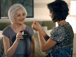 Miriam fica maravilhada com a beleza do anel (Foto: Amor Eterno Amor / TV Globo)
