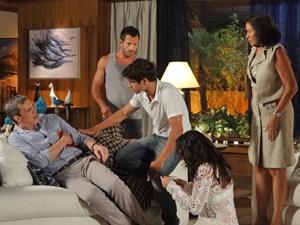 Antenor diz que o ferimento de René é superficial (Foto: Fina Estampa/TV Globo)