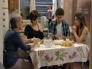 Beatriz fica pasma ao ver briga de Cristal e Gabriel (Foto: Malhação / TV Globo)