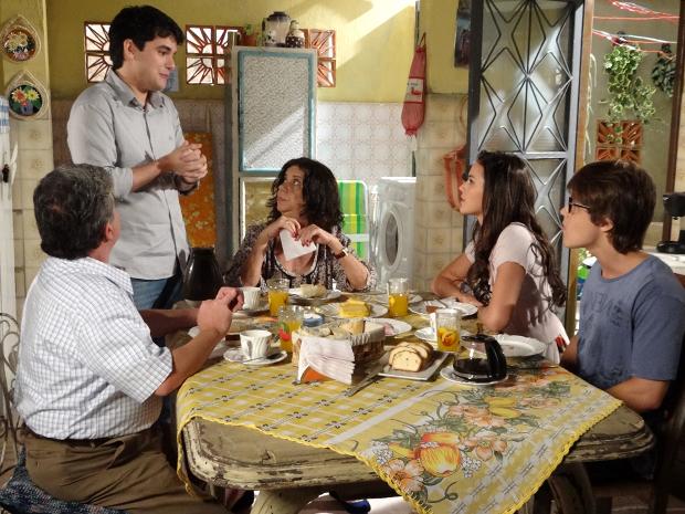 Renato dá uma boa notícia para Belezinha (Foto: Aquele Beijo / TV Globo)