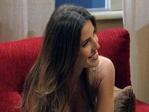 Debochada, Cristal pergunta se está tudo bem com Alexia (Foto: Malhação / TV Globo)