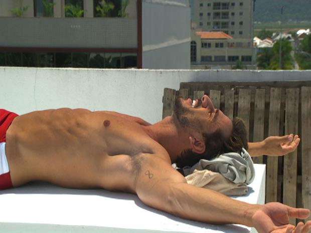 Enzo toma sol de sunga (Foto: Fina Estampa/TV Globo)