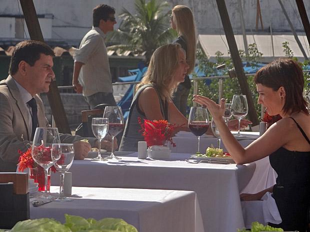 Estela e Raul almoçam juntos (Foto: Aquele Beijo/TV Globo)